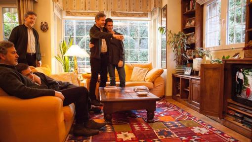 Mariano con su hijo Gonzalo, de 20 años, se observan en una pantalla