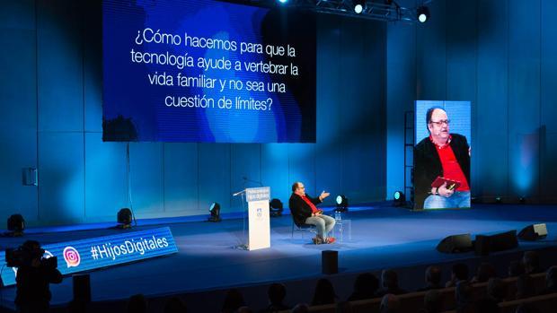 En la imagen Gustavo Entrala, experto en estrategia digital, durante su ponencia «A solas con Siri»