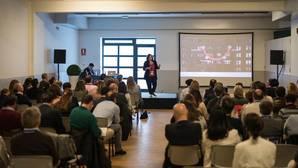 María Zabala durante su exposición en el Colegio Peñarredonda de La Coruña
