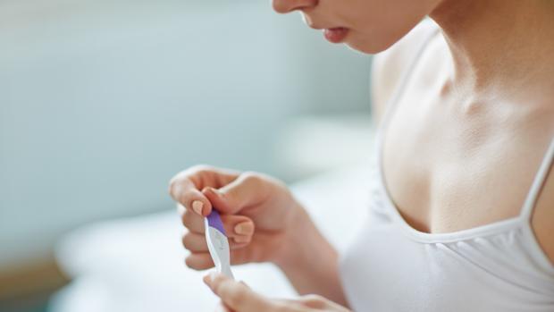 El pequeño aparato en forma de stick que recoge la muestra de orina mide el nivel de hormona hCG