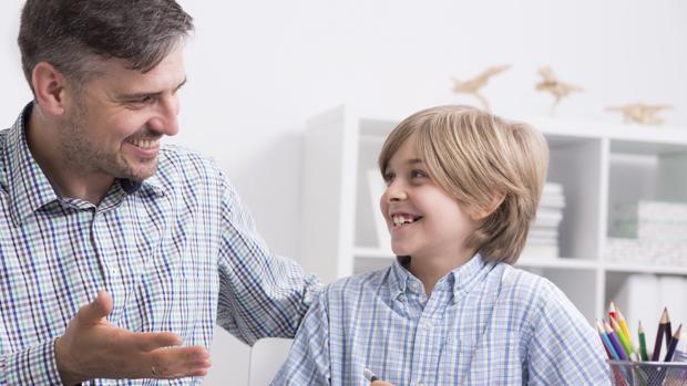 Los cinco elogios paternos pueden mejorar el bienestar del niño