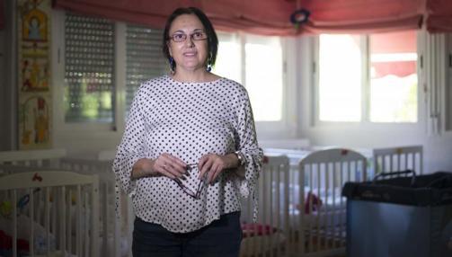 La directora de la residencia en la guardería que atiende a los bebés de las chicas