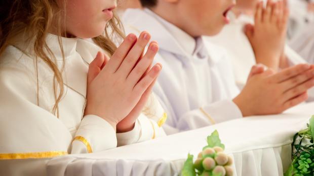 El gasto en el festejo social que envuelve al acto religioso supone un endeudamiento para muchas familias