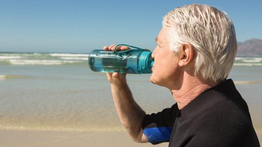Beber agua es más importante en personas mayores cuya sensación de sed está atenuada