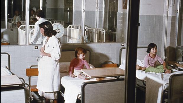 Una sala del Hospital del Niño Jesús (Madrid) en los años 70