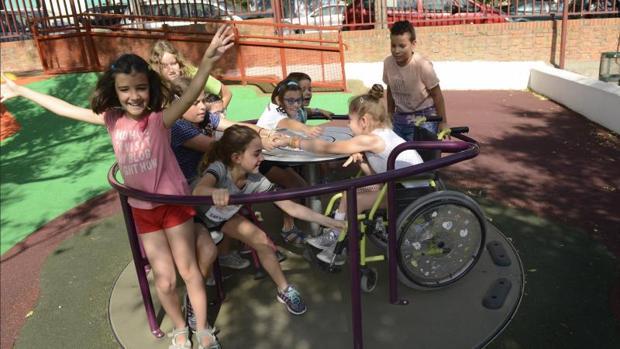 En el carrusel del colegio se puede incorporar una silla de ruedas para el disfrute de todos