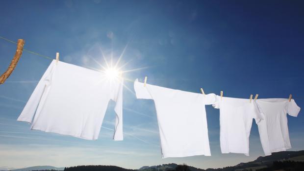 Bañadores, toallas y gorras sufren un desgaste especial debido a componentes como el cloro, la sal y el sol