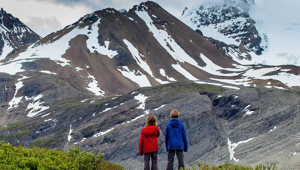 Ferrán (d) y Ona (i), hijos de Miquel y Sara, frente a Athabasca Glacier, en el Parque Nacional de Jasper (Canadá)