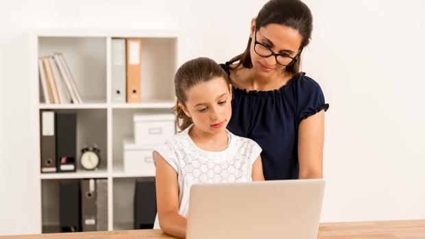 Los padres que imponen menos restricciones en internet potencian las habilidades críticas de sus hijos