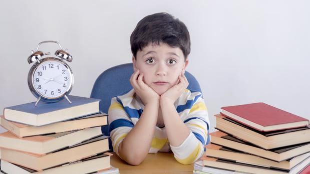 Mantener una rutina muy suave como leer algo o hacer cuadernillos de verano les permite mantener el ritmo