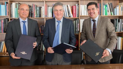 En la imagen, de izquierda a derecha: Enrique Alonso Jentoft, consejero delegado del Grupo Alter; Rafael Garesse, rector de la UAM y Fidel Rodríguez, director general de Fuamor-UAM