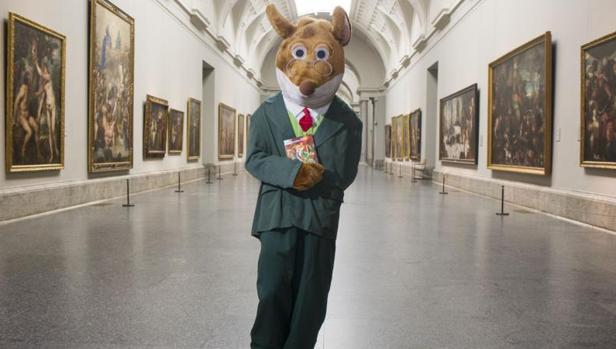 Stilton posando en el Museo del Prado de Madrid con su último libro