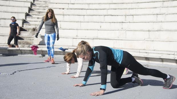 Mujeres practicando deporte al aire libre