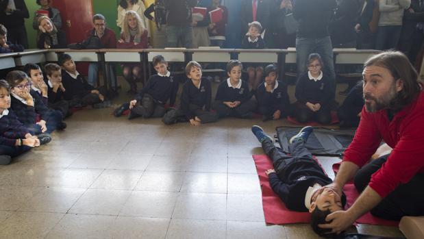 Un experto sanitario ofrece un curso de prevención en el colegio Patrocinio San José