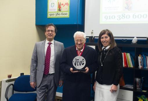 José Manuel Dolader y Ana Lancho, presidenta de la Asociación la Barandilla, tras entregar el premio al Padre Ángel