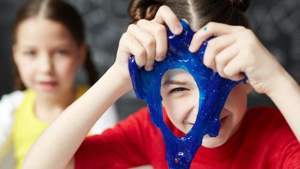 La OCU advierte del aumento de intoxicaciones en niños por el slime