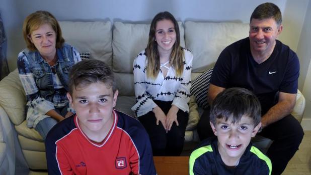 Soledad con su marido, junto a su hija mayor, Raúl y Marcos, ambos con Tourette