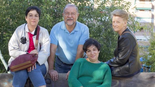Las gemelas Ana Carolina y Lourdes junto a sus padres (Juanjo e Isidora)