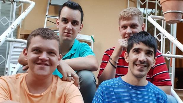 Lucas (de naranja), con su grupo de amigos. Todos tienen el Síndrome del X Frágil
