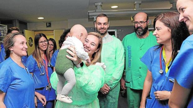 Rocío, con su bebé en brazos, en la unidad de Cuidados Intensivos del Materno