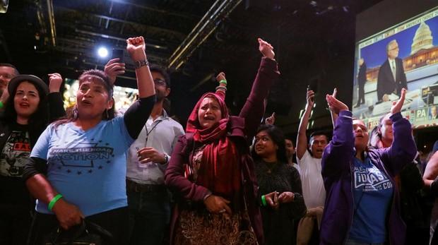 Muejres celebran la victoria de Alexandria Ocasio