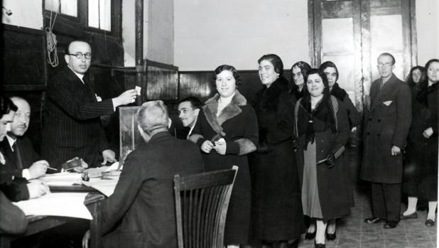 Mujeres zaragozanas votan en las elecciones generales de 1933, las primeras con sufragio universal