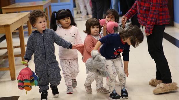 d9dc39ae9e Alumnos acuden en pijama al colegio por los niños que crecen sin familia