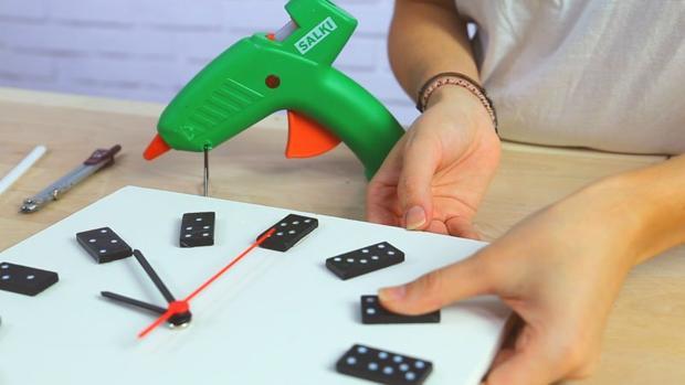 Con piezas de dominó puedes crear un reloj