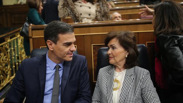 Pedro Sánchez junto a la ministra de Igualdad, Carmen Calvo