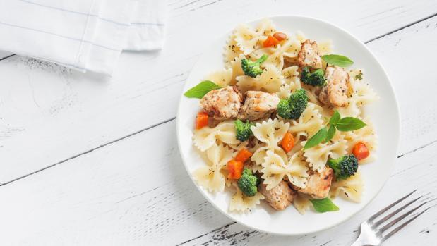 Plato de pasta, con carne y verduras.