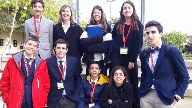 Dos alumnas de Wisdom School, entre los representantes de España de la Delegación de la CAF en «HagaMUN»