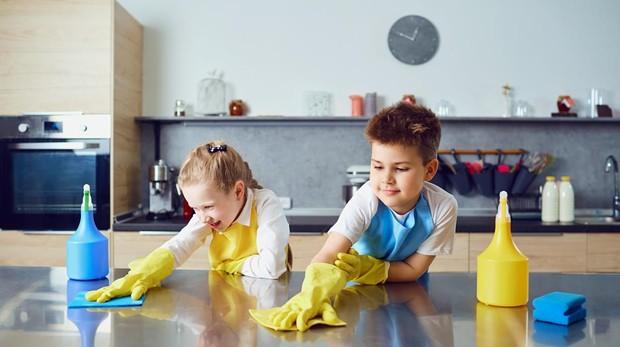 Trabajar las tareas del hogar en familia les ayuda a despertar habilidades que desconocen