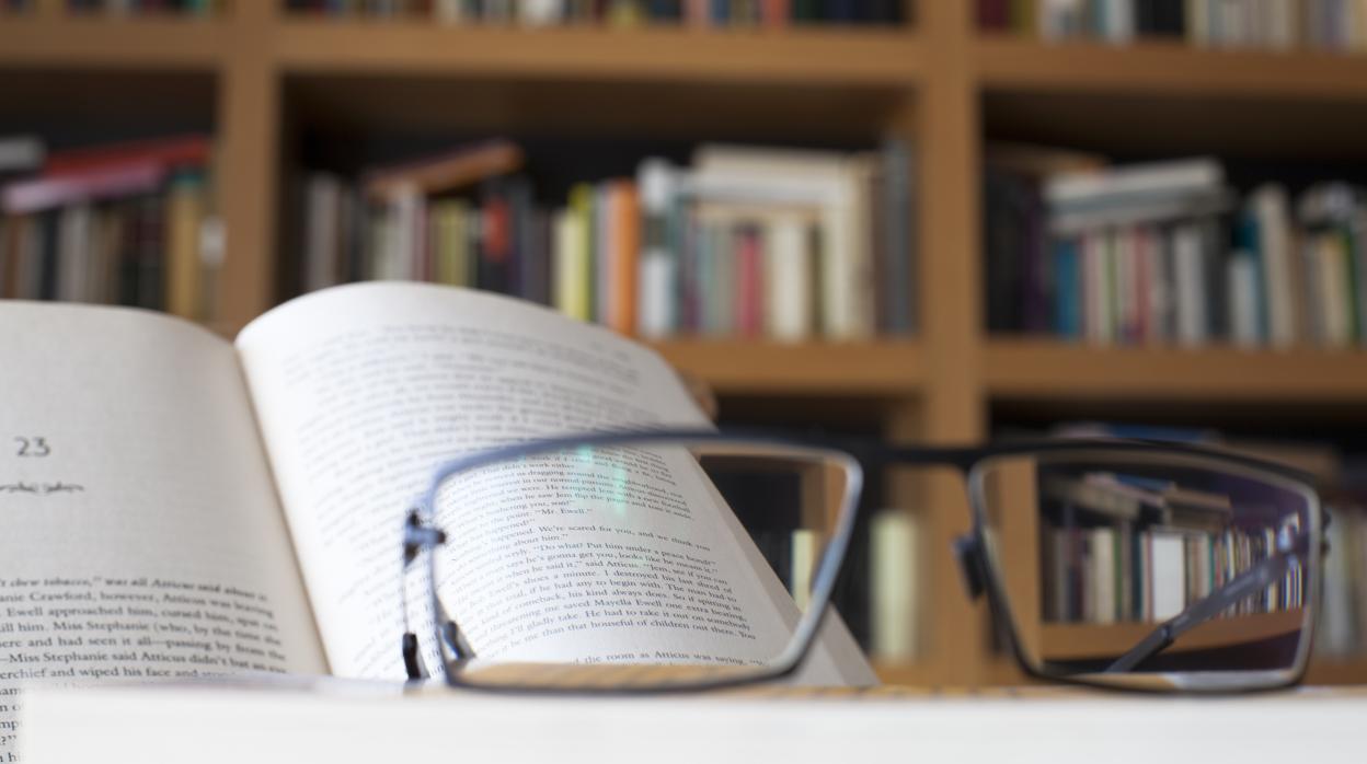cfbd67ca85 Alejar el papel para leer es un síntoma de vista cansada, pero no es el  único