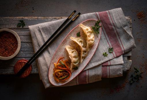 Gyozas de pollo al curry con verduras al wok.