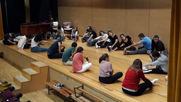 Algunos de los jóvenes del grupo preparándose para un ensayo