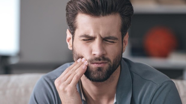 Lo ideal es comer alimetnos que ayudan a producir más saliva, la cual neutraliza los ácidos de las bacterias y protege contra las caries