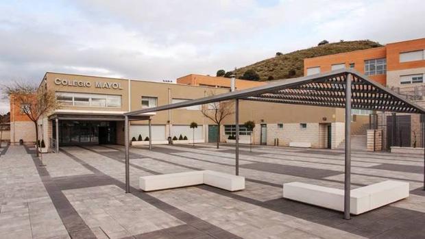 Entrada principal del colegio Mayol