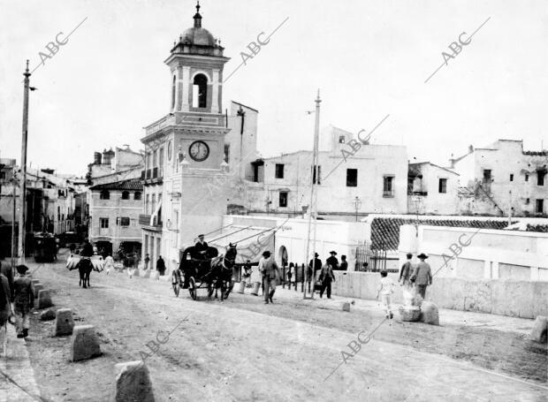 La subida del Altozano al puente de Triana a principios de siglo