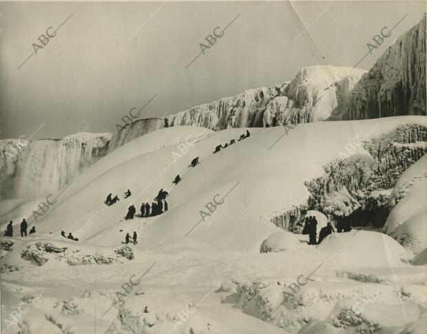 Enormes montañas de hielo formadas en las cataratas del Niágara, heladas...