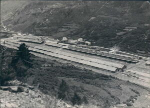A la entrada de la carretera el poblado de Arañones, en primer término los...