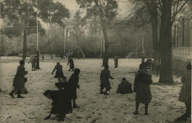 Los niños juegan con la nieve, en la que fue la primera nevada de ese año
