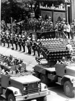 Franco, desde su Tribuna, Presenciando el desfile de la victoria de 1968