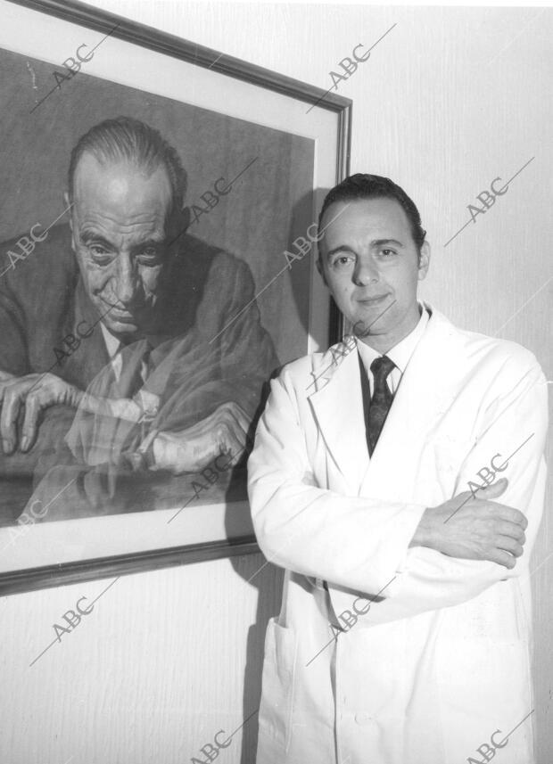 Juan Antonio Vallejo-Nágera ante un retrato de su padre Antonio ...