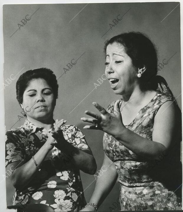 Las Cantaoras Bernarda Y Fernanda De Utrera Actuando Archivo Abc