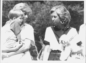 La Reina Sofía con la Princesa de Gales y su hijo Enrique en los Jardines del...
