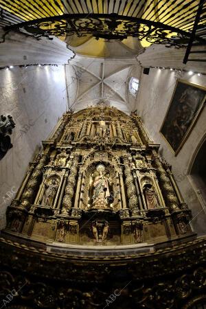 En la imagen, el retablo de la capilla de San Pablo, con el Cristo de San Pablo...