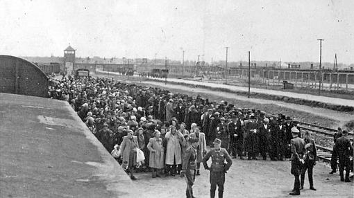 Llegada de un transporte de judíos húngaros al campo de exterminio de Auschwitz en mayo de 1944