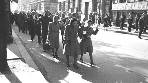 Varios judíos húngaros son llevados presos