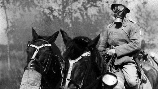 Un soldado de la IGM porta una máscara antigás