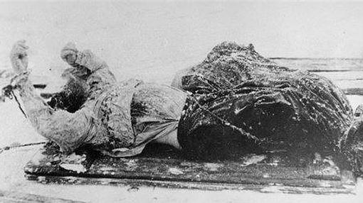 Fotografía tomada por la Policía rusa en 1916 del cadáver de Rasputín en un trineo.